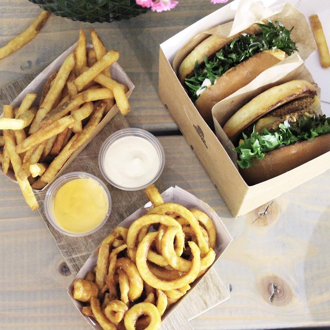 Reklame | @justeatdk ?? Det er fredag og i aften skulle det være lidt ekstra lækkert - lillebror i mavsen havde lyst til en virkelig lækker burger, og det samme havde farmand. Mums en god start på weekenden ??. #JUE2CAM18 #JusteatDK