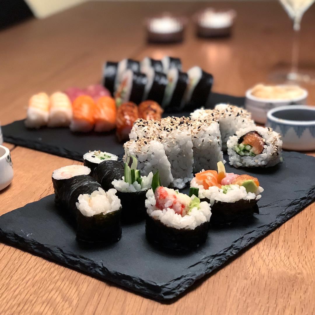 Annonce | @justeatdk . Jeg elsker sushi, og jeg elsker lidt kærestetid. Det er så dejlig nemt med @justeatdk - bare ind i appen og bestil alverdens lækkerier. ?? . #justeatdk #jue2cam18