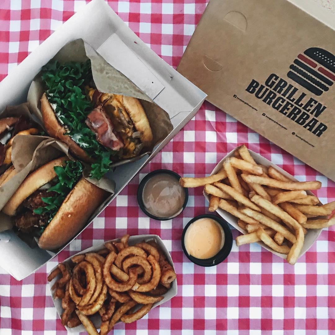 Reklame @justeatdk | Vi har haft rigtig travlt i huset de sidste par dage og har derfor fundet picnicdugen frem og bestilt lækre burger og fritter, til de hårdtarbejdende mennesker - det er altså lidt hyggeligt at spise takeaway i byggerod og kaos! ?? Jeg bestilte maden via appen, let og hurtigt! Rigtig god lørdag til jer alle! . . #JusteatDK #JUE2CAM18 #justeat #burger #grillenburgerbar #grillenburger #fries #picnic #burgers #burger #goodfood #takeaway #aalborg #migogaalborg #smagaborg #foodie @foodporn #cheesedip #bbq