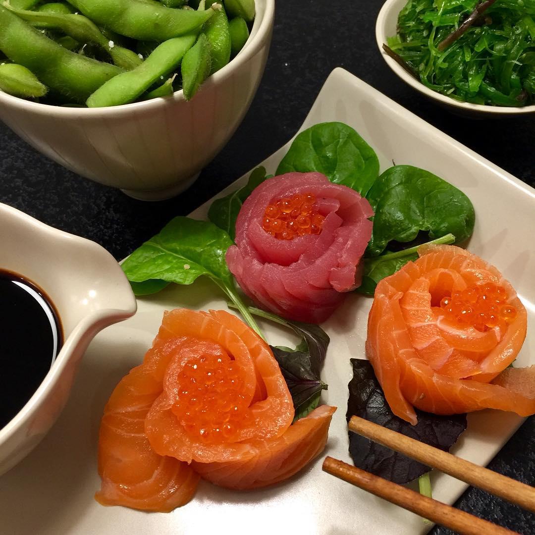 Annonce @justeatdk // Vi får min dejlige familie på besøg i morgen, og den står på krebsegilde (med overnatning ????) og jeg glæder mig helt vildt. Det bliver så hyggeligt. Men det har betydet, at vi har haft en smule travlt med indkøb, oprydning og rengøring i dag. Derfor helt perfekt med take away - sushi my way ????. Nu står den på afslapning og IKKE noget køkken, der skal ryddes op ?? Tak for dejlig shasimi ?? . . #justeatdk #jue2cam18
