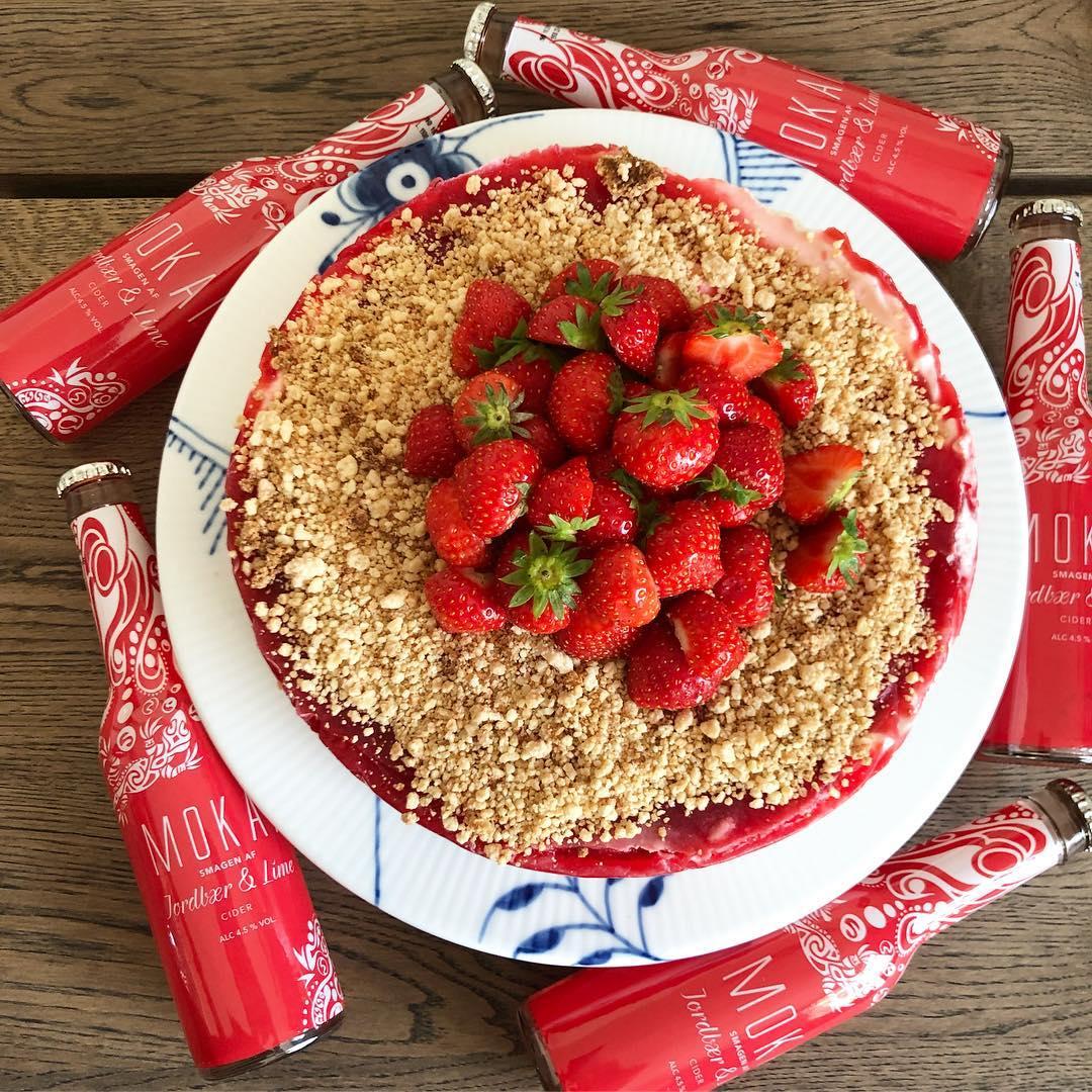Annonce @minflu.microinfluencers @mokai_official  I dag fik jeg bikset den lækre jordbær-lime chesscake .Og nej hvor vi glæder os til at sætte tænderne ind i den?????? Opskriften findes lige her: https://www.livmartine.dk/2018/10/jordbaer-lime-cheesecake-med-mokai/ #mok2dk18 #livmartine #mokaifeeling #mokaïfeeling #morethanadrink #chesscake #jorbær #lime #jordbærcheesecake #kage #cake #strawberrycheesecake #strawberrycheesecakes #instacake #instagood #instasweet #royalcopenhagen #blåmegamussel #royalboligindretning #royalmedlemmer