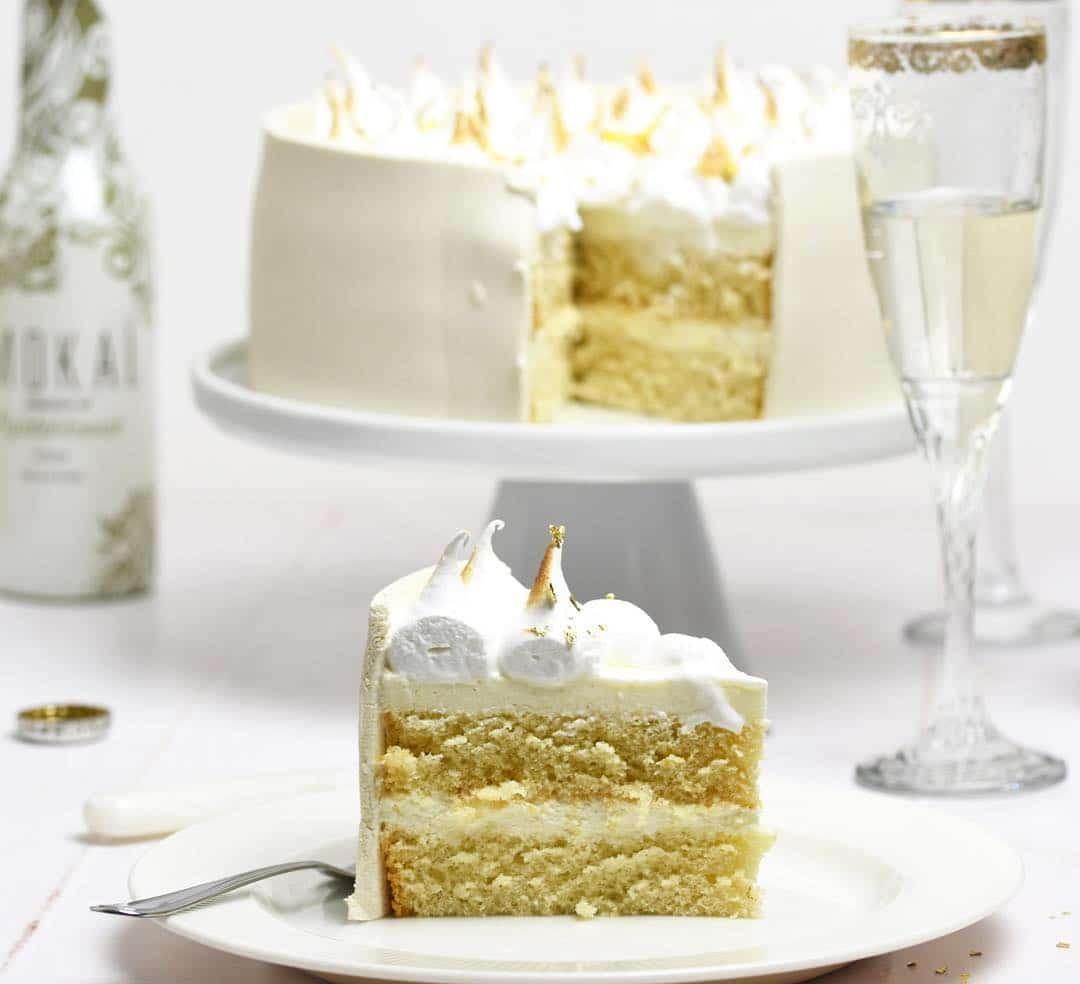 Reklame - uha hvor kunne jeg godt lige hapse sådan et stykke lækker Mokaï-hyldeblomst lagkage lige nu ?? kagen er dog spist! Men det er måske også meget godt, da jeg prøver at faste hele dagen.. jeg skal gøre plads til en 6 retters menu i aften ?? men altså... det var en lækker kage ??kagen bagte jeg ud fra @livmartine opskrift og i samarbejde med @mokai_official #mok2dk18 #morethanadrink #mokaïfeeling #livmartine #lagkage #hjemmebag #bage #kage #bagværk #mokai #mokaï #dessert #dessertkage #homebake #homebaking #cake #bake #baking #layercake @minflu.microinfluencers #instafood #instabake #kagekagekage